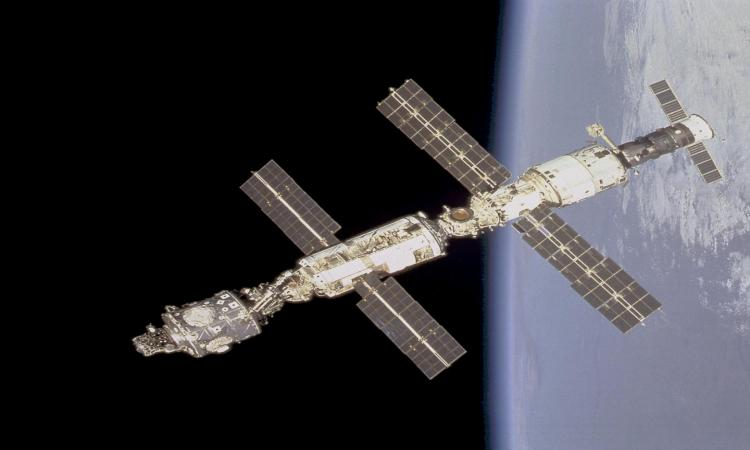 ESA inks deal with Swiss startup for space debris removal