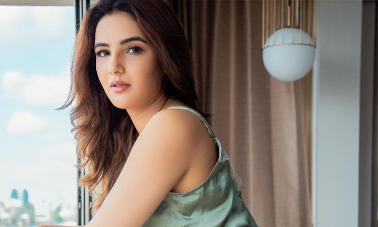 Jasmin Bhasin, Aly Goni, Bigg Boss 14, Actress, Jasmin Bhasin picturesm Jasmin Bhasin hot pictures, Jasmin Bhasin drops Boss Lady vibes in steamy white pantsuit